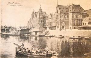 Afbeelding van prentbriefkaart van Centraal Station in circa 1900 met op de voorgrond een melkschuit